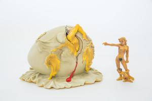 Figur: Geopolitisches Kind beobachtet die Geburt des neuen Menschen (groß)