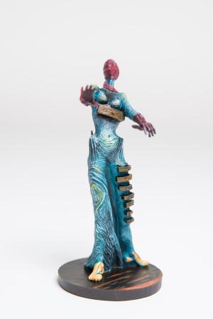 Figur: Frau mit Schubladen (aus: Brennende Giraffe)